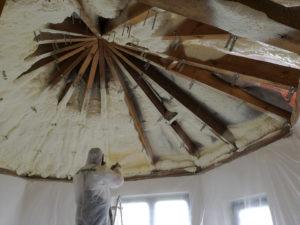 Natryskiwanie izolacji poliuretanowej na poddasze - ocieplanie pianką Toruń