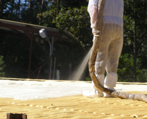 Natryskowe izolacje dachów poddaszy kurników i budynków gospodarczych